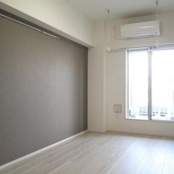 グレーのアクセント壁。ピクチャーレールにドライフラワーなど◎※写真は3階の反転間取り別部屋のものです