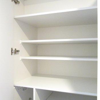 靴を並べられる広さで嬉しいですね◎(上段)※写真は3階の反転間取り別部屋のものです