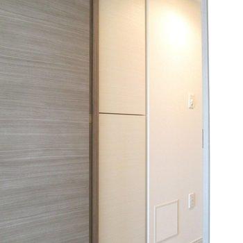 左に、壁と同化してる扉が!※写真は3階の反転間取り別部屋のものです