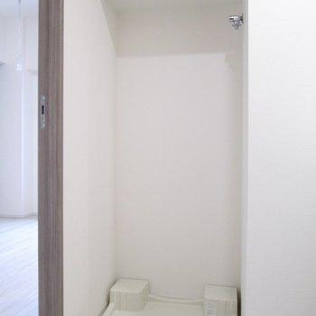 左は、棚付きの洗濯機置場。※写真は3階の反転間取り別部屋のものです