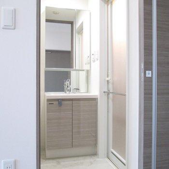 脱衣所です。大きな鏡で使いやすい洗面台です。※写真は3階の反転間取り別部屋のものです