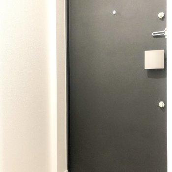 玄関は奥まったところに。※写真は2階の反転間取り別部屋のものです