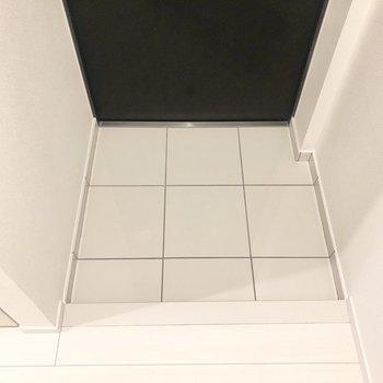 玄関床は白いタイル。段差はこのくらいです。
