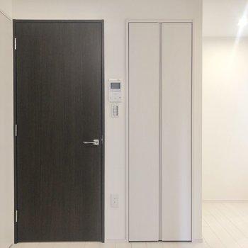ドアは廊下に続いています。
