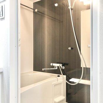 ブラックの壁材が美しい浴室。浴室乾燥機付きですよ。