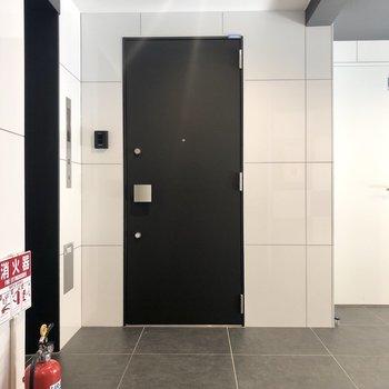 共用廊下です。こちらもモノトーン。