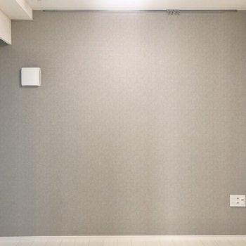 グレーのアクセントクロスがお部屋に柔らかい印象を。