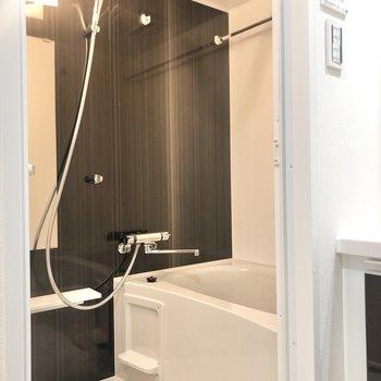 お風呂もブラック。乾燥機付きです。
