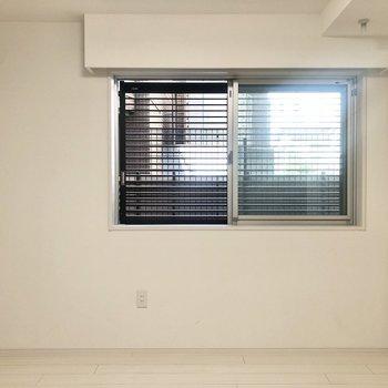 正面の窓はブラインド付きです。
