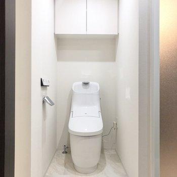 トイレは上部に収納もできます。