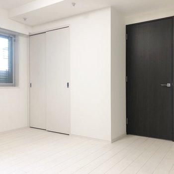 ドア部分は黒。モノトーンで落ち着いています。