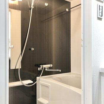 バスルーム。こちらもブラウンです。浴室乾燥機付きです。※写真は4階の反転間取り別部屋のものです