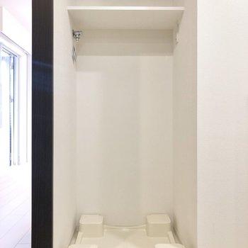 洗面台反対側に洗濯機置き場。上部の棚も便利に使えそうですね。※写真は4階の反転間取り別部屋のものです