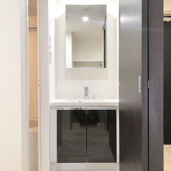サニタリールームです。洗面台にはシャワーヘッドがありました。※写真は4階の反転間取り別部屋のものです