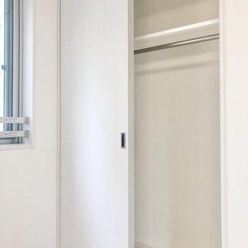 クローゼットは大きめです。カラーボックスなど置いて工夫してもいいですね。※写真は4階の反転間取り別部屋のものです