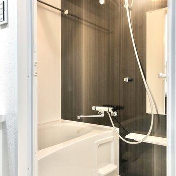 バスルーム。こちらもダークブラウンです。浴室乾燥機付き。