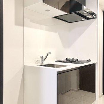 キッチンはダークブラウン。横に冷蔵庫が置けます。