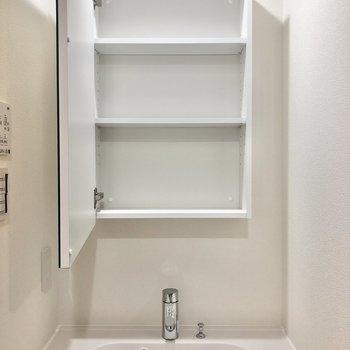 鏡裏には小物をしまっておこう。※写真は2階の同間取り別部屋のものです