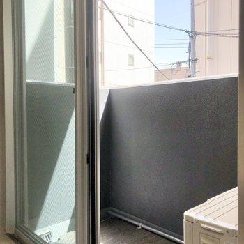 バルコニーはちょっぴりコンパクト。※写真は2階の同間取り別部屋のものです