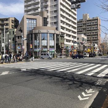駅前の通りです。スーパーとドラックストアがあったので買い物に便利そうでした。