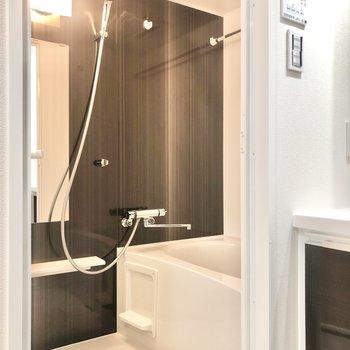 浴室乾燥機付きのお風呂です。※写真は2階の同間取り別部屋のものです