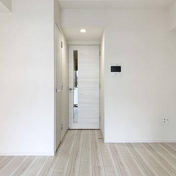 白色を基調とした綺麗なお部屋です。※写真は3階の同間取り別部屋のものです