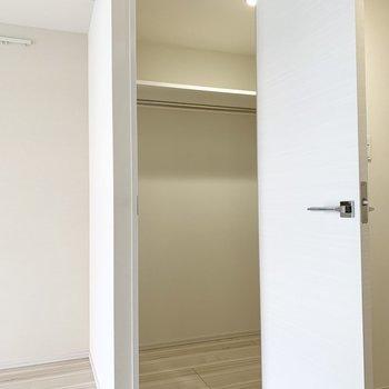広々としたクローゼット。収納ボックスも入ります。※写真は3階の同間取り別部屋のものです