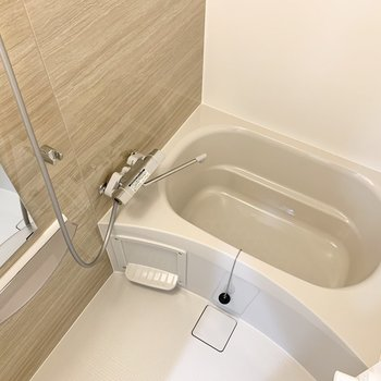 ゆったり浸かれます。浴室乾燥も付いてますよ。※写真は3階の同間取り別部屋のものです