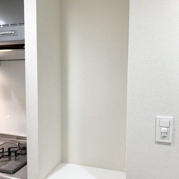 玄関前に物置きスペースがあります。鍵や定期券など毎日使う物を置けますよ。※写真は3階の同間取り別部屋のものです