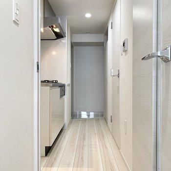 清潔感のある廊下です。※写真は3階の同間取り別部屋のものです