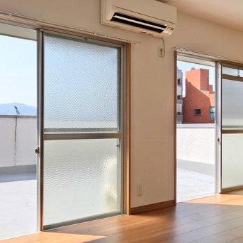 横に長い空間で掃き出し窓が2つ。開放感たっぷり♩
