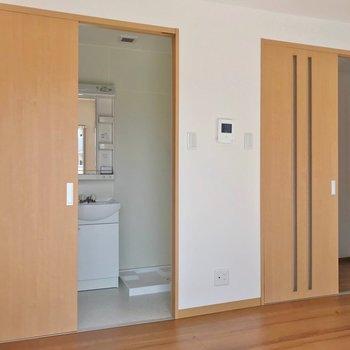 脱衣所も廊下も引き戸で仕切られています。真ん中にテレビ端子がありますよ。