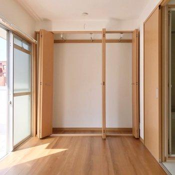 キッチンと反対側には大きなクローゼット。すっきり片付きます♩