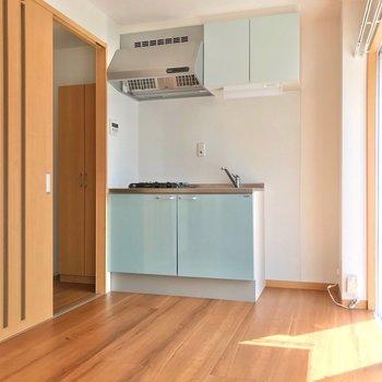 コンロは2口!単身用の冷蔵庫ならシンクの隣に置けますよ!