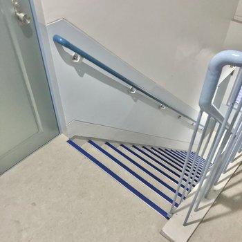 この階段をのぼって5階まで。扉が近いので慎重に出入りしてください!