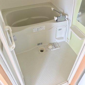 お風呂もゆったりしています。サーモ水栓で温度調節簡単です!