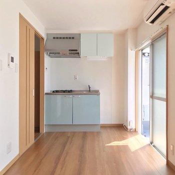 キッチンは壁付けで家具の配置を遮りません。