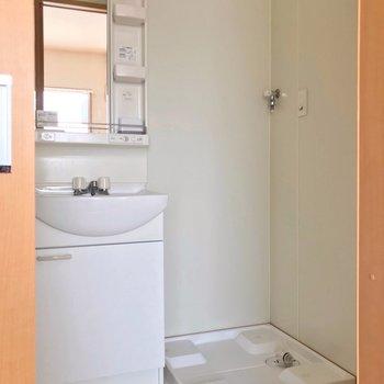 脱衣所には独立洗面台と洗濯機置場!快適ですね◎