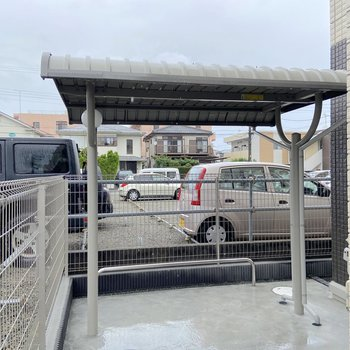 自転車置き場は雨の日も安心の屋根付き。