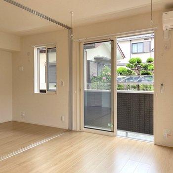 【LDK】お隣の洋室との扉はスライド式なので、普段は開けて広く使ってもいいですね。