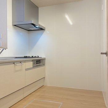 【LDK】キッチンはゆとりがあって、大型の冷蔵庫も置けそうです