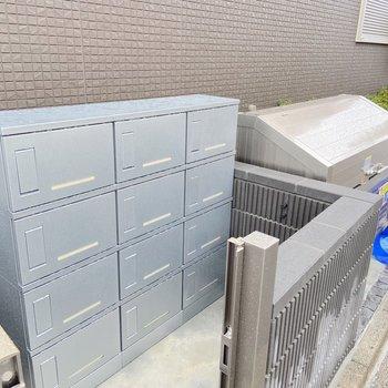宅配ボックスとゴミ置場が敷地内にありました。