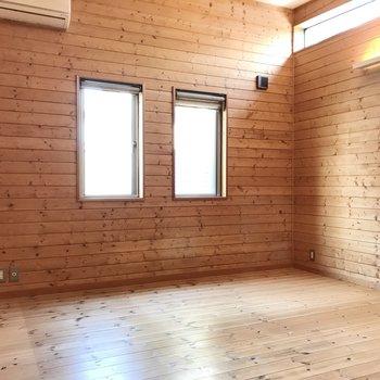 次は6帖の洋室。広めなのでベッドにデスク、その他家具もしっかり入ります
