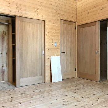 クローゼットは2箇所。左にハンガーポール、右に棚。夫婦の寝室にちょうどいい♩