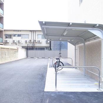 【共用部】駐車場は建物の表側・裏側どちらにもあります。