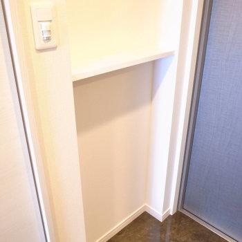 シューズボックスの向かいには、なにかと便利なちいさな棚が。