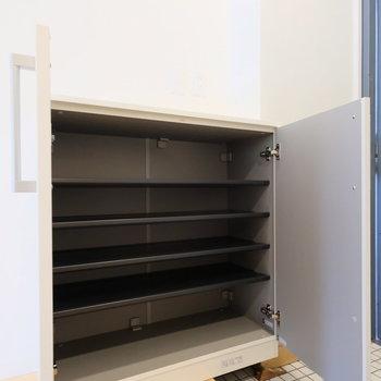 棚にもなる靴箱。お気に入りの物をかざって◎※写真は2階の似た間取り、別部屋のもの