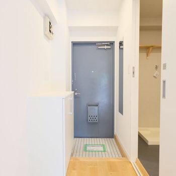 玄関は余裕のある雰囲気。※写真は2階の似た間取り、別部屋のもの