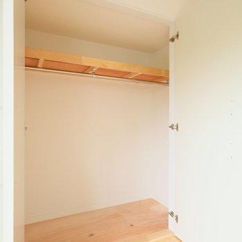 収納は押し入れを改装!奥行きも有り、広々!※写真は2階の同間取り、別部屋のもの