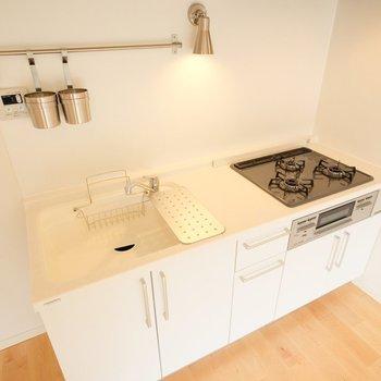 キッチンは広々3口ガスコンロに!※写真は2階の似た間取り、別部屋のもの